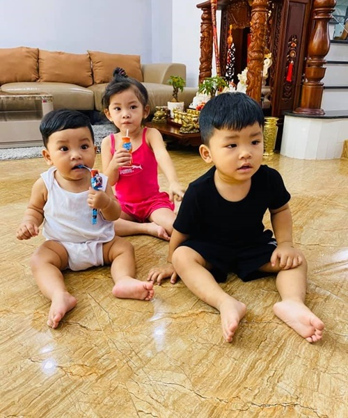 Các con của Hải Băng chỉ ngồi yên khi xem YouTube.
