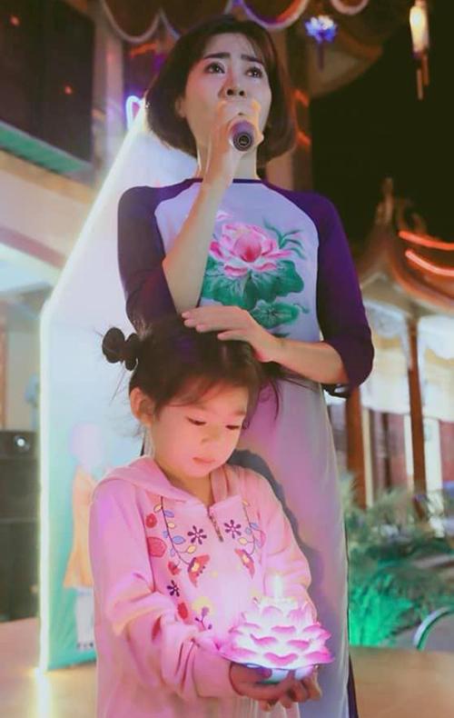 Mai Phương và con gái Lavie trong một chương trình thiện nguyện ở Vũng Tàu.